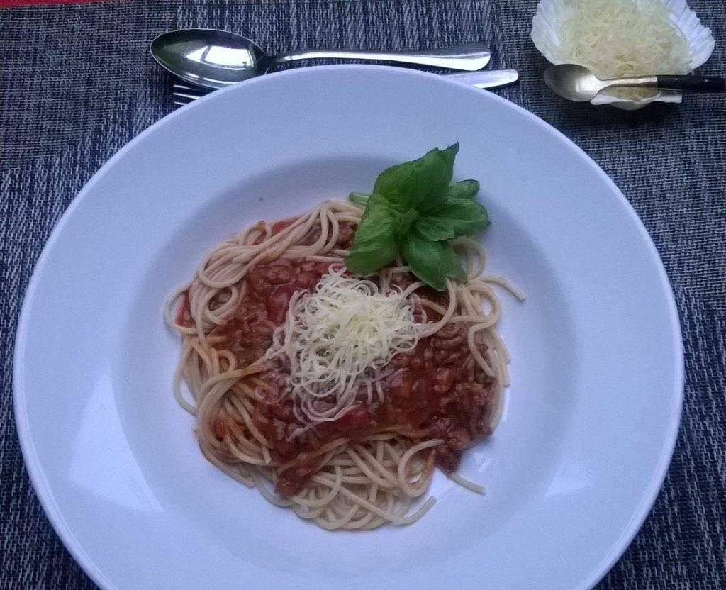 Spaghetti mit Tomatensauce und Speck