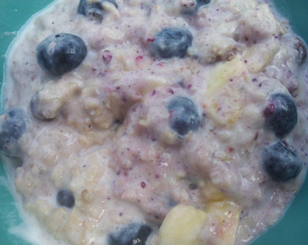 Porridge mit Heidelbeeren, Bananen, Joghurt und Rosinen