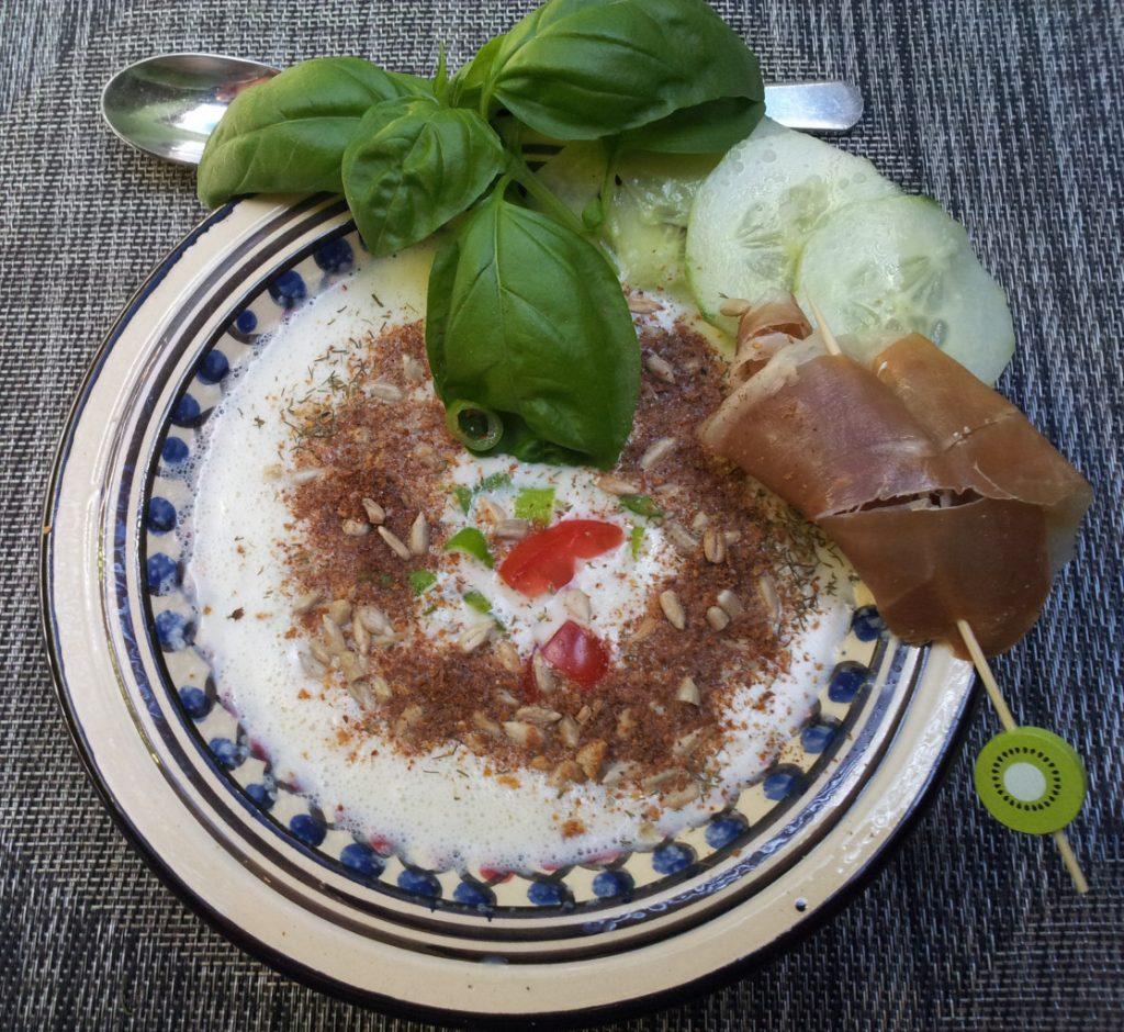 Kalte Gurkensuppe mit Buttermilchschaum und Kräutern