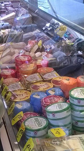 Wochenmarkt in Nippes Käseauswahl