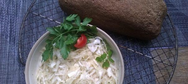Krautsalat mit frisch gebackenem Brot