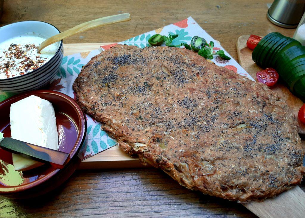 Krautsalat gedünstet als Cholesterinsenker - in Öl gedünstetes Kraut-Zwiebelgemisch in Dinkel-Lupinen-Fladenbrot mit Chiasamen
